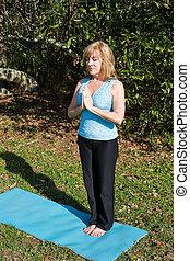 femme, mûrir, -, yoga, respiration