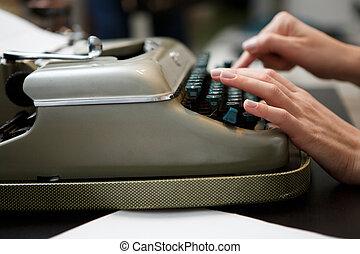 femme, machine écrire, mains