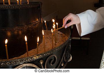 femme, main, éclairage, bougies, dans, a, église