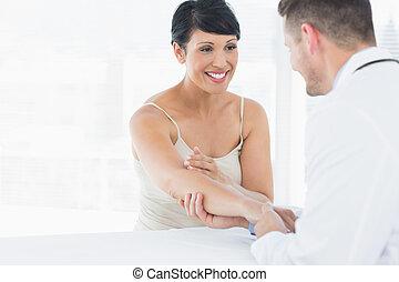 femme, main, kinésithérapeute, examiner