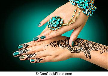 femme, mains, à, mehndi, tattoo., mains, de, indien, mariée,...