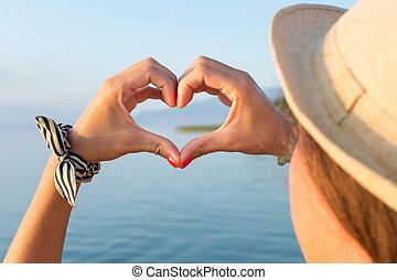 femme, mains, confection, forme coeur, plage