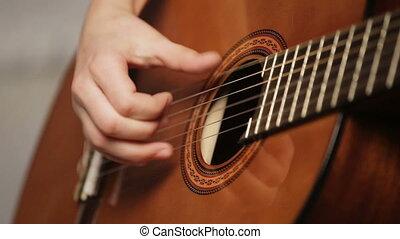 femme, mains, jouer, acoustique, guitar.