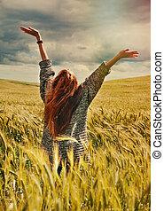 femme, mains, stupéfiant, cheveux, dramatique, haut, ensoleillé, ciel, jeune, vue, debout, dos, champ, rouges