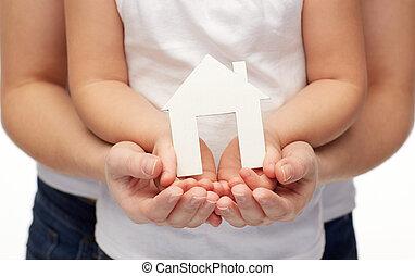 femme, maison, haut, papier, mains, fin, girl