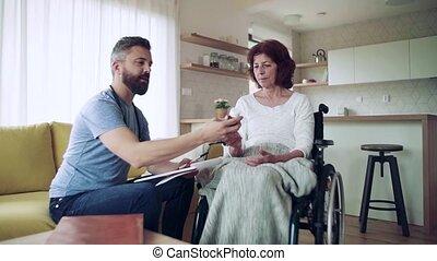 femme, maison, visiteur santé, fauteuil roulant, visit., pendant, personne agee