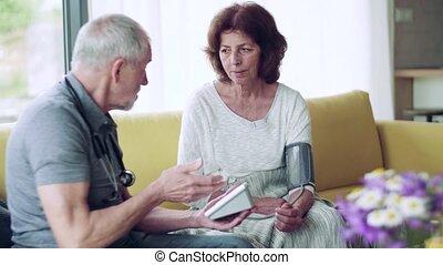 femme, maison, visiteur santé, visit., pendant, personne agee
