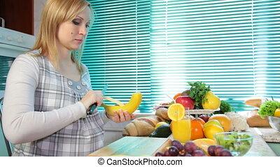 femme mange, banane, pregnant