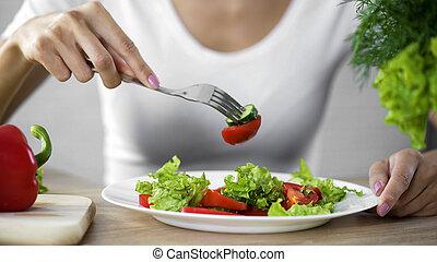 femme mange, calories, régime, salade, wellness, légume, dénombrement, observer