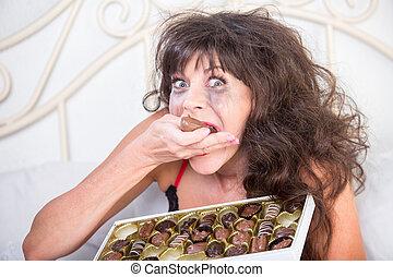 femme mange, chocolats, maniaque, pleurer, chambre à coucher
