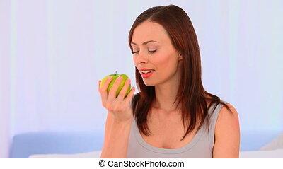 femme mange, décontracté, pomme