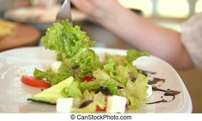 femme mange, femme, salade, fork., grec, closeup, délicieux, mains, café