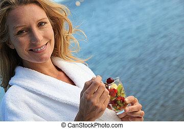 femme mange, fruit