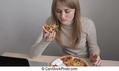 femme mange, jeune, pizza