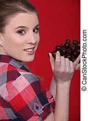 femme mange, jeune, raisins