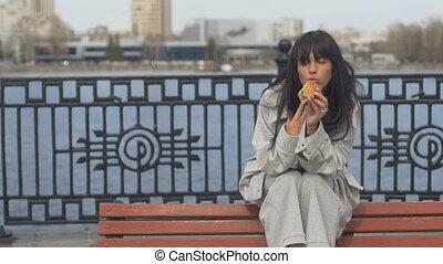 femme mange, jeune, sandwich, banc