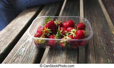 femme mange, mûre, prendre, juteux, berries., strawberry., femelle transmet, closeup