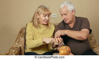 femme mange, nourriture, couple, hommes, fermé, fruit, overweight., sain, concept, couch., coupures, maison, personne agee, morceau, persimmon, donne