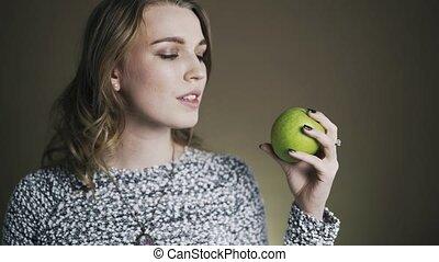 femme mange, pomme, jeune, vert, mordre, portrait, savoureux