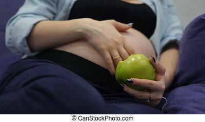 femme mange, pomme, pregnant, sain, vitamine, riche