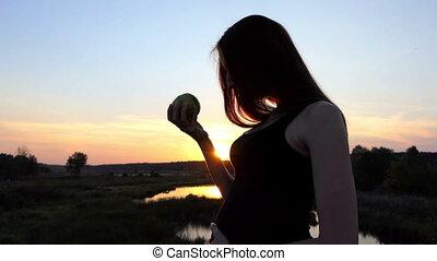 femme mange, pomme, pregnant, vert, frais, sunset.
