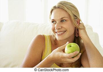 femme mange, pomme, sain, mi adulte