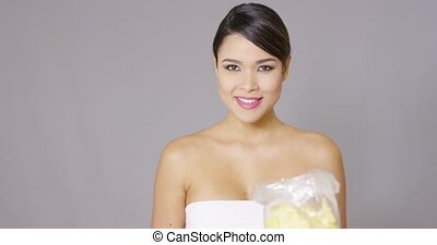 femme mange, pomme terre, jeune, rire, chips