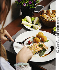 femme mange, pommes terre, saumon, filet, cuit