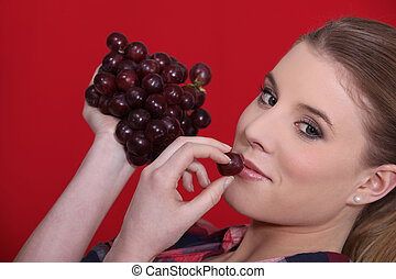 femme mange, raisins
