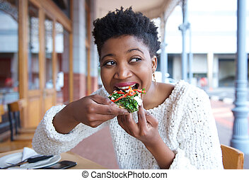 femme mange, restaurant, jeune, pizza, heureux