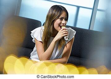 femme mange, séance, graisse, bas, céréale, maison, barre