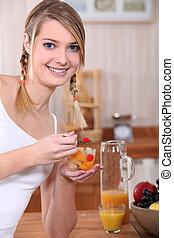 femme mange, salade, fruits