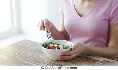 femme mange, salade, jeune, haut fin, maison