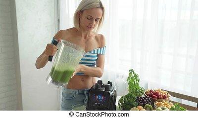 femme mange, smoothie, blender., sain, vert, confection, légume, style de vie
