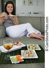 femme mange, sushi