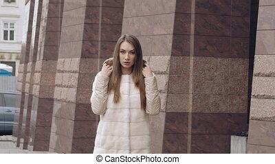 femme, manteau, promenades, passionné, lentement, appareil-photo., à poil, poses