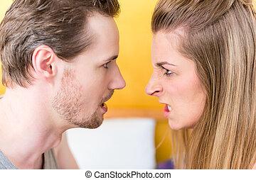 femme, mariés, jeune, baston, furieux, couple, homme, dévisager