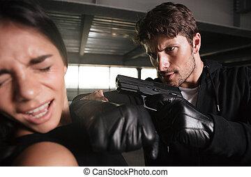 femme, menacer, fusil, jeune, terrifié, agressif, voleur, homme