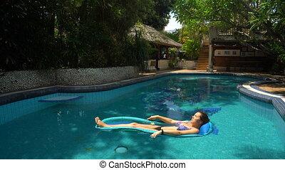 femme, mensonge, jeune, jour ensoleillé, eau, piscine, matelas