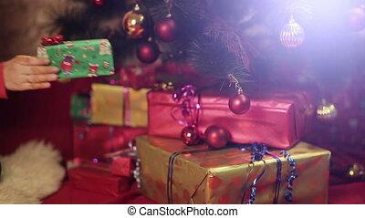 femme, met, cadeau, arbre, sous, noël