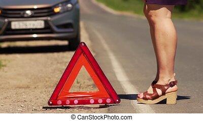 femme, met, urgence, stop, route rouge