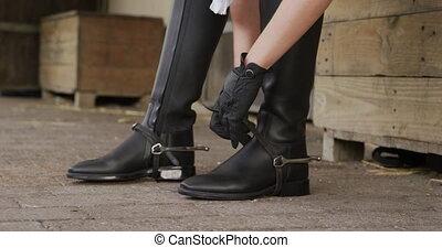 femme, mettre, caucasien, bottes, elle