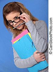femme, mettre, elle, lunettes