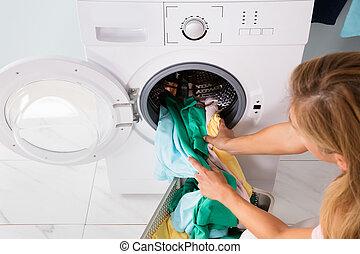 machine mettre femme lavant v tements femme lessive image de stock recherchez photos. Black Bedroom Furniture Sets. Home Design Ideas