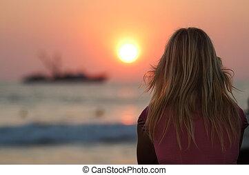 femme, mexique, regarder, coucher soleil, blonds, puerto, escondido