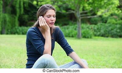 femme, mobile, jeune, téléphone, utilisation, sourire