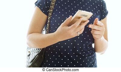 femme, mobile, métrage, jeune, il, téléphone, closeup, 4k, dactylographie, sac main, mettre, message