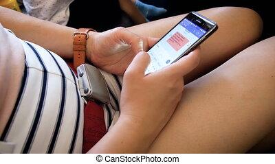 femme, mobile, métrage, voler, jeune, téléphone, quoique, closeup, 4k, dactylographie, message, avion