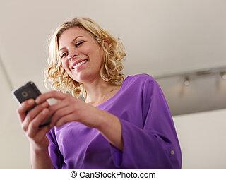 femme, mobile, texte, jeune, téléphone, dactylographie, message, heureux