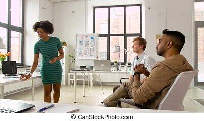 femme, mockup, projection, créatif, utilisateur, équipe, interface